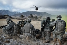 Blackhawk Pilots Give WLC Lift